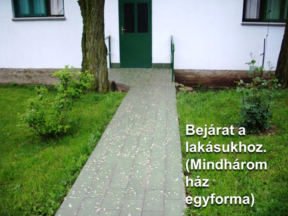Bejárat a lakásukhoz. (Mindhárom ház egyforma)