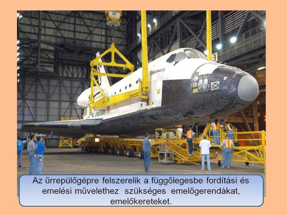 Az űrrepülőgépre felszerelik a függőlegesbe fordítási és emelési művelethez szükséges emelőgerendákat, emelőkereteket.