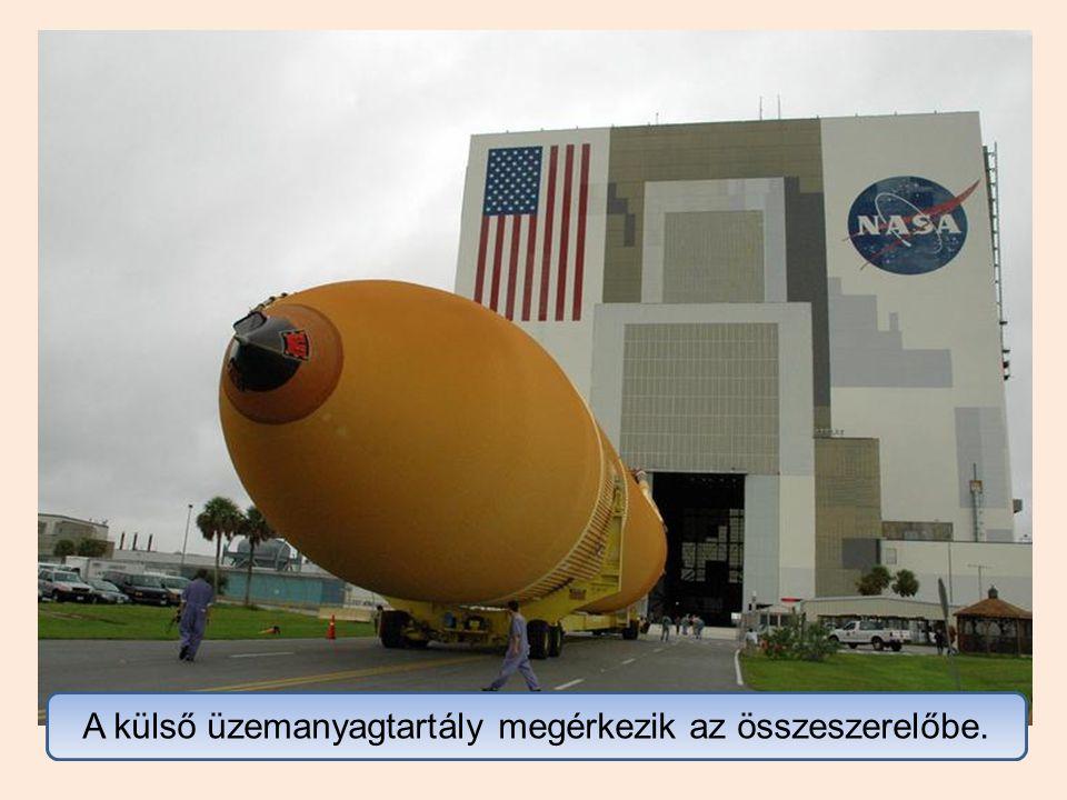 Az űrrepülőgépet az összeszerelt hajtóegységhez emelik, majd csatlakoztatják.