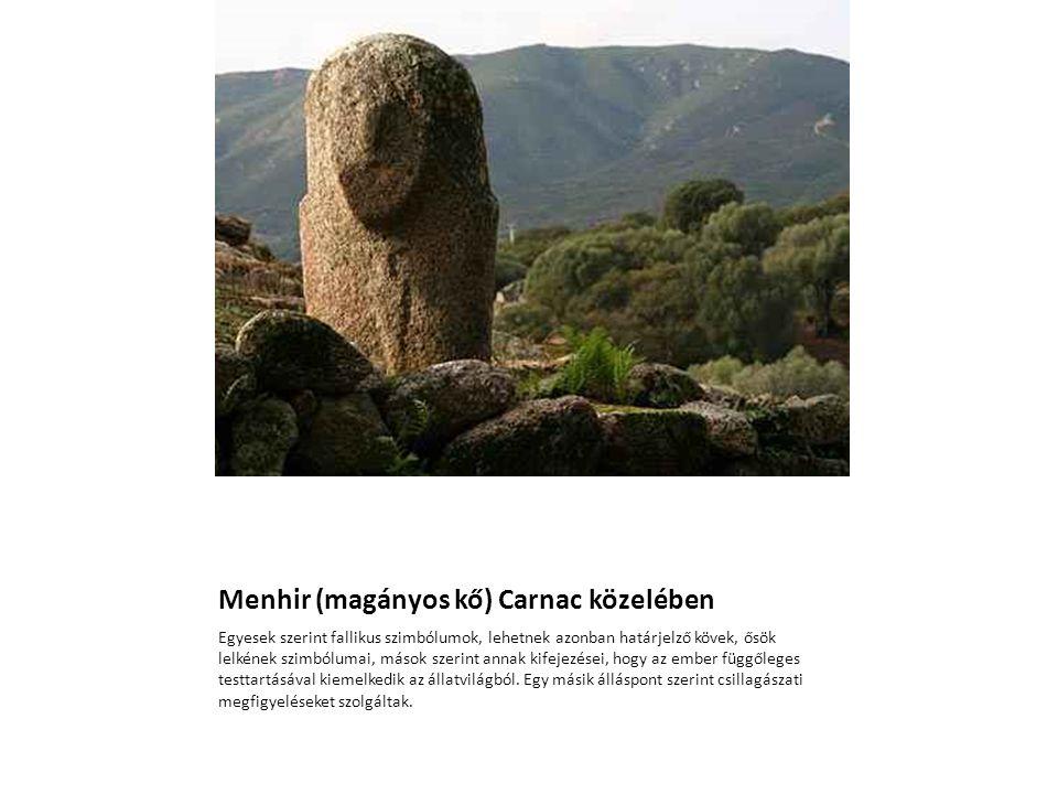 Menhir (magányos kő) Carnac közelében Egyesek szerint fallikus szimbólumok, lehetnek azonban határjelző kövek, ősök lelkének szimbólumai, mások szerin