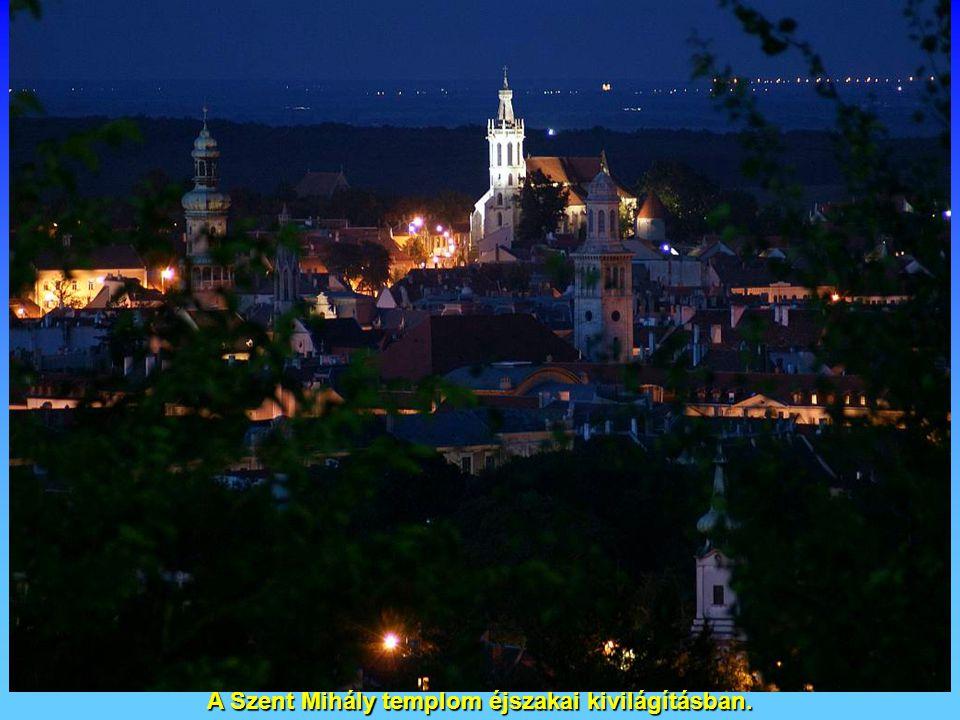 A Szent Mihály templom éjszakai kivilágításban.