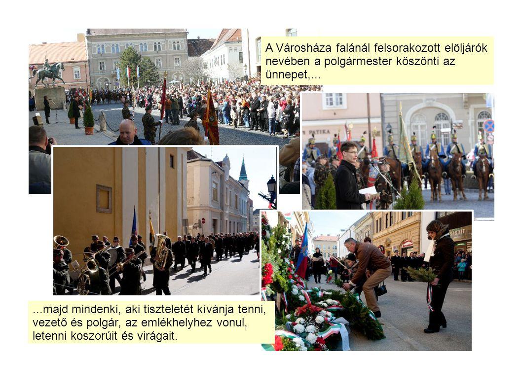 A Városháza falánál felsorakozott elöljárók nevében a polgármester köszönti az ünnepet,......majd mindenki, aki tiszteletét kívánja tenni, vezető és polgár, az emlékhelyhez vonul, letenni koszorúit és virágait.