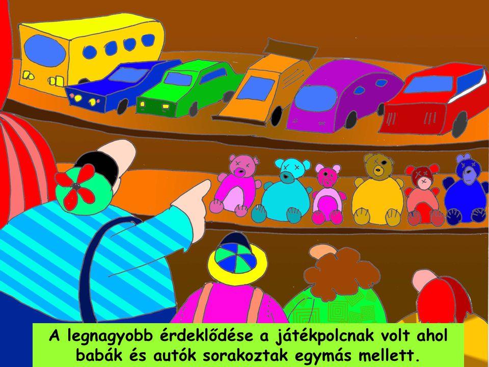 A legnagyobb érdeklődése a játékpolcnak volt ahol babák és autók sorakoztak egymás mellett.