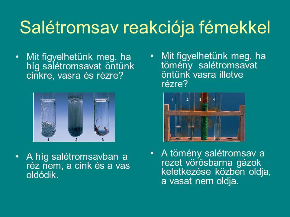 Salétromsav reakciója fémekkel Mit figyelhetünk meg, ha híg salétromsavat öntünk cinkre, vasra és rézre? A híg salétromsavban a réz nem, a cink és a v