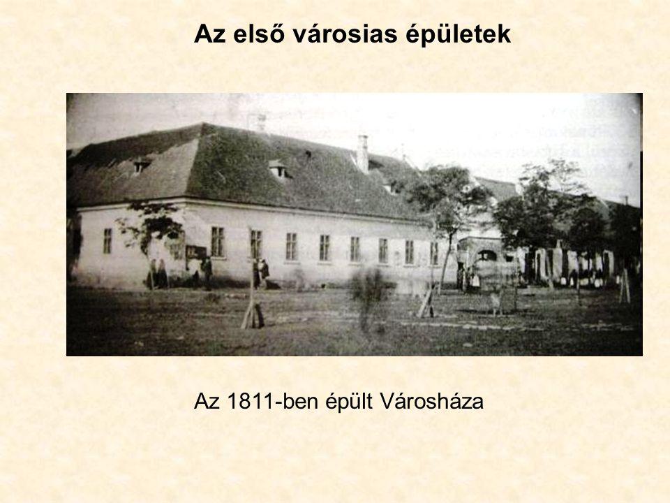 Az első városias épületek Az 1811-ben épült Városháza