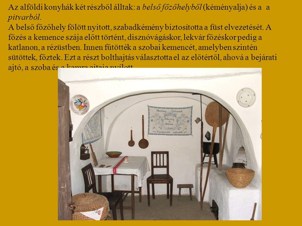 Az alföldi konyhák két részből álltak: a belső főzőhelyből (kéményalja) és a a pitvarból. A belső főzőhely fölött nyitott, szabadkémény biztosította a