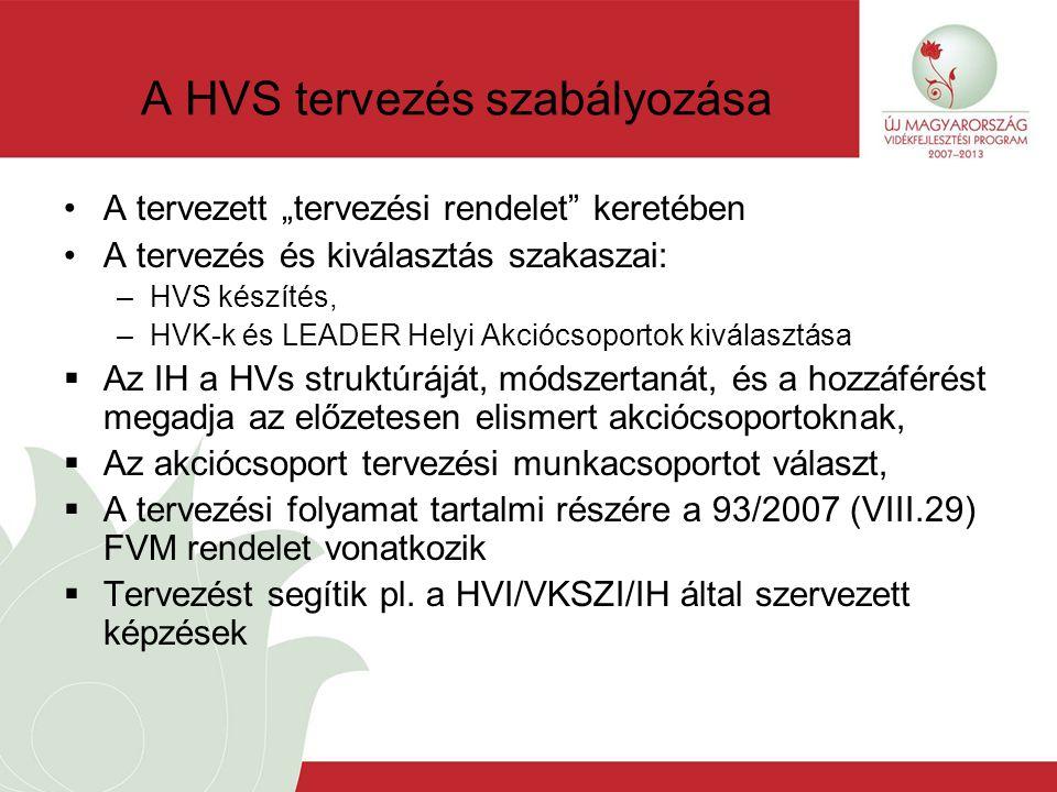 """A HVS tervezés szabályozása A tervezett """"tervezési rendelet keretében A tervezés és kiválasztás szakaszai: –HVS készítés, –HVK-k és LEADER Helyi Akciócsoportok kiválasztása  Az IH a HVs struktúráját, módszertanát, és a hozzáférést megadja az előzetesen elismert akciócsoportoknak,  Az akciócsoport tervezési munkacsoportot választ,  A tervezési folyamat tartalmi részére a 93/2007 (VIII.29) FVM rendelet vonatkozik  Tervezést segítik pl."""