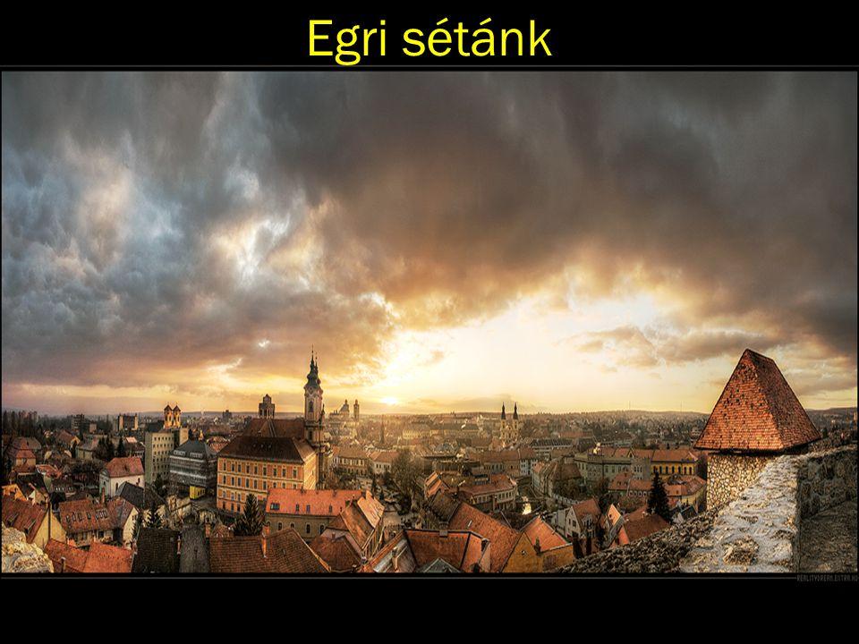 A belváros keskeny utcáiból szélesedik ki Eger város dísze, főtere, a Dobó István tér.