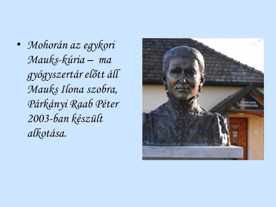 Mohorán az egykori Mauks-kúria – ma gyógyszertár előtt áll Mauks Ilona szobra, Párkányi Raab Péter 2003-ban készült alkotása.