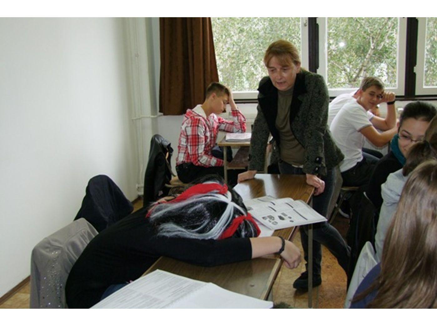 A tanárnő észrevette, hogy nem figyel, és a füzetébe sem ír.