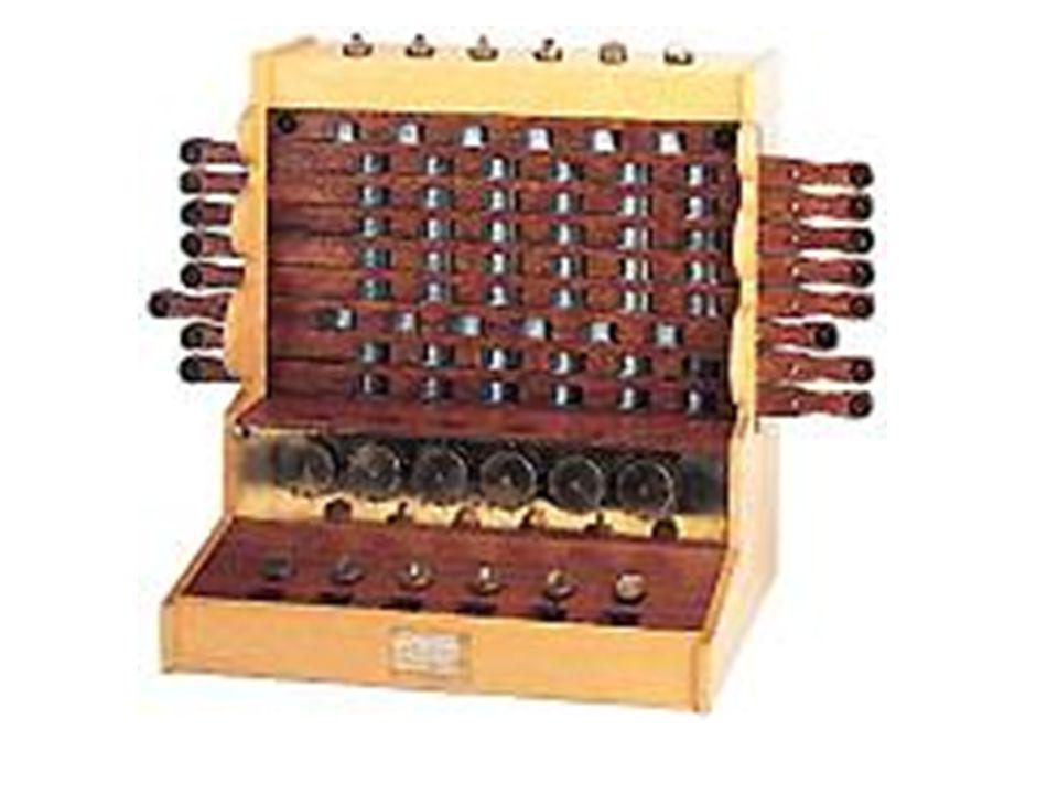 Blaise Pascal (1623-1662) 2 alapműveletet tudott (+, -) 1642-1644 között építi meg számológépét, hogy megkönnyítse apja munkáját.