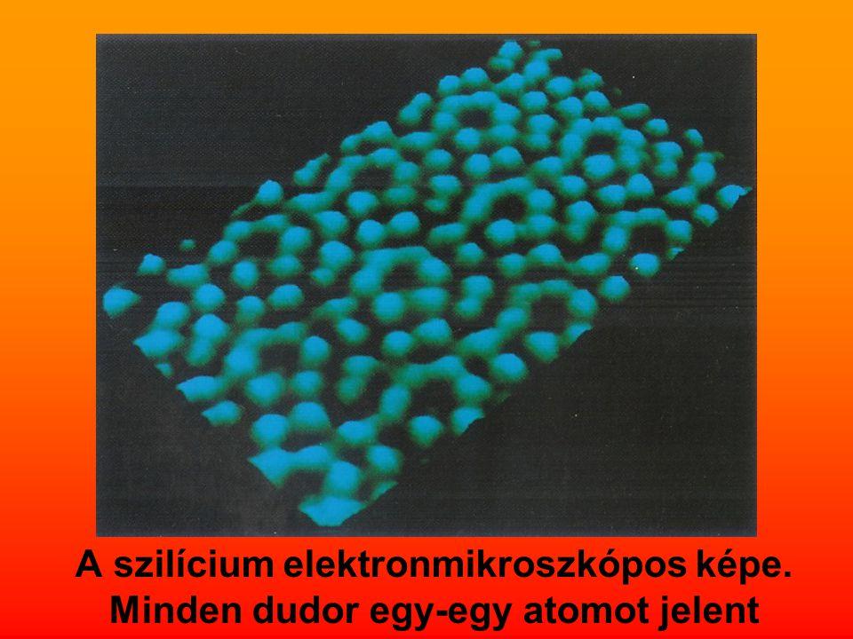 A szilícium elektronmikroszkópos képe. Minden dudor egy-egy atomot jelent
