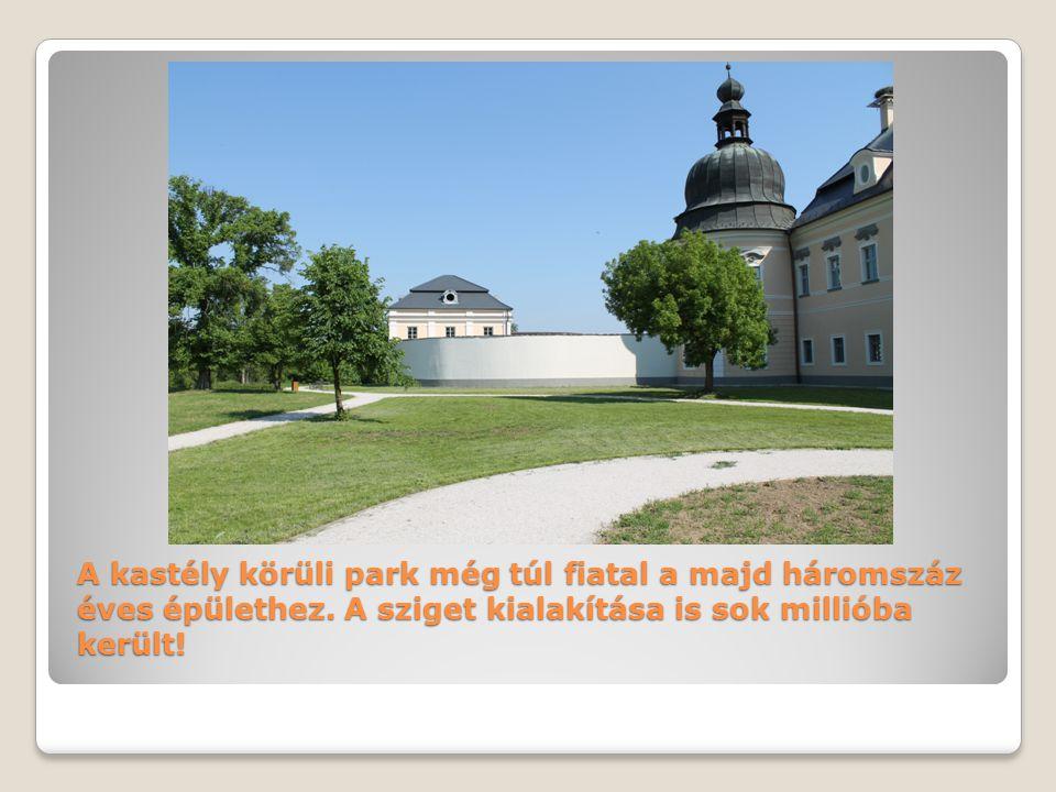 A kastély körüli park még túl fiatal a majd háromszáz éves épülethez.