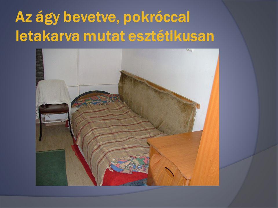 Az ágy bevetve, pokróccal letakarva mutat esztétikusan