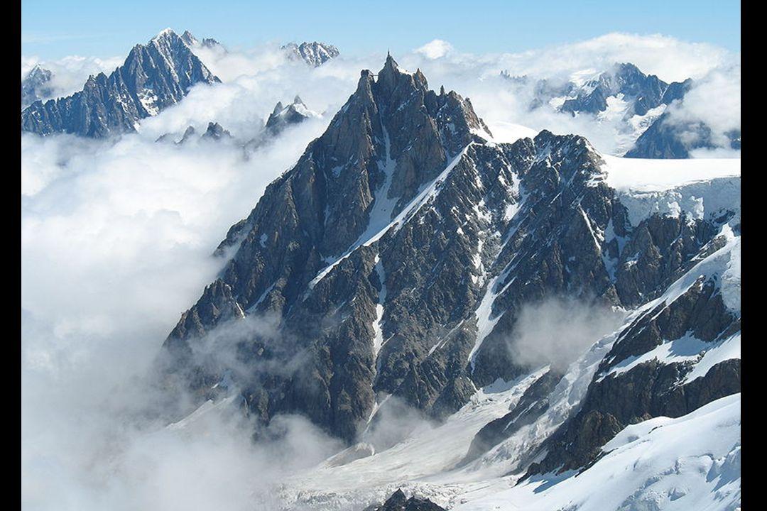 Az Aiguille di Midi hegy 3 842 méter magas és a Mont Blanc hegység nyugati tömbjének egyik csúcsa, - a francia Alpokban van.