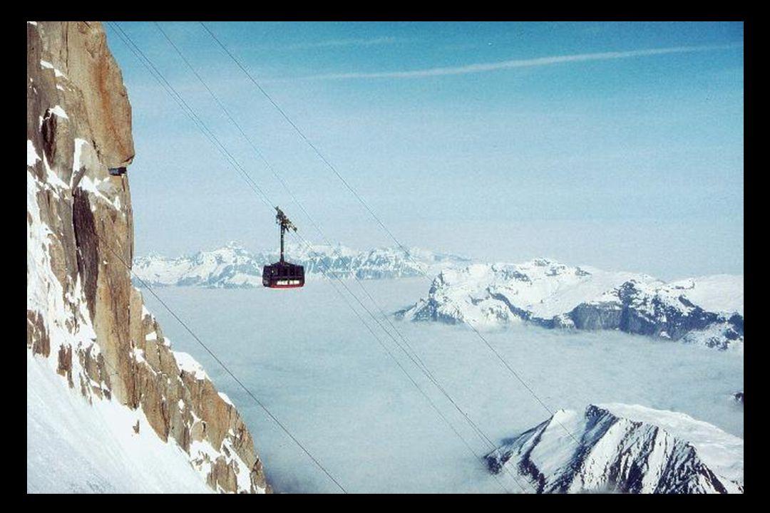 """A """"Téléphérique de l'Aiguille du Midi"""" kabinos felvonó 1955 óta Chamonix-ból 1035 méter magasból indul és 20 perc alatt teszi meg a közel 2800 méteres"""