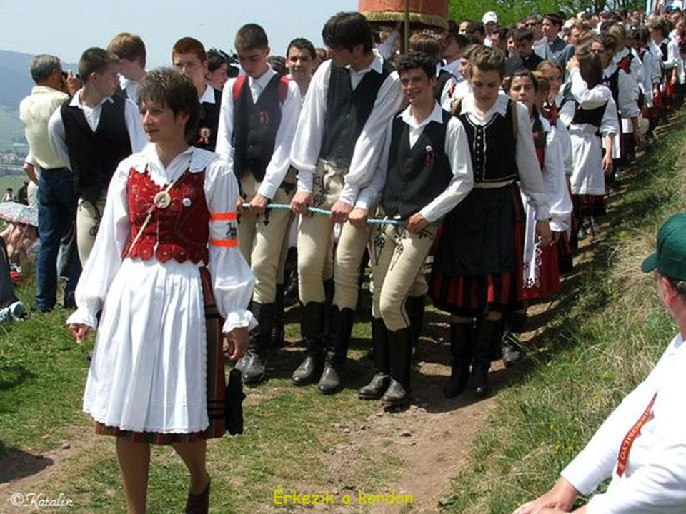 Szegedi Csanád vezetésével vonulunk a kettős kereszt alatt