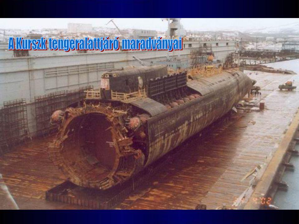 Ezen az 1999 októberében készült fotón Gennady Lyachint kapitány, a Kurszk atom-tengeralattjáró parancsnok látható, ahogy a hajó előtt pózol a Vedyayevóban levő tengerészeti támaszpontnál.