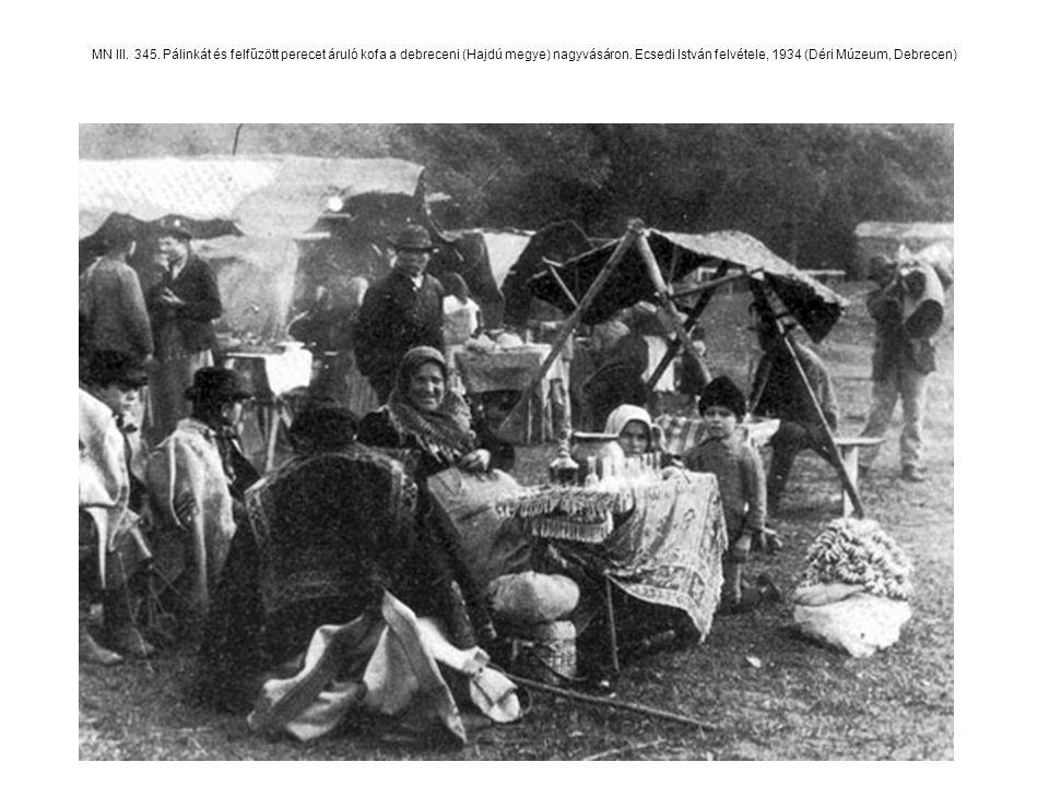MN III. 345. Pálinkát és felfűzött perecet áruló kofa a debreceni (Hajdú megye) nagyvásáron. Ecsedi István felvétele, 1934 (Déri Múzeum, Debrecen)