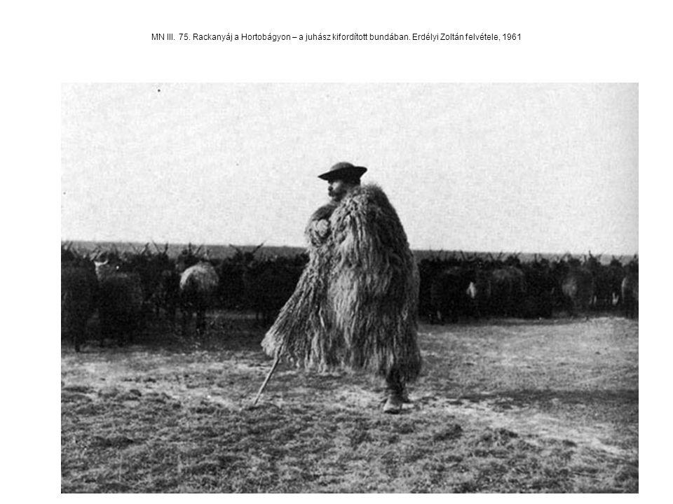 MN III. 75. Rackanyáj a Hortobágyon – a juhász kifordított bundában. Erdélyi Zoltán felvétele, 1961