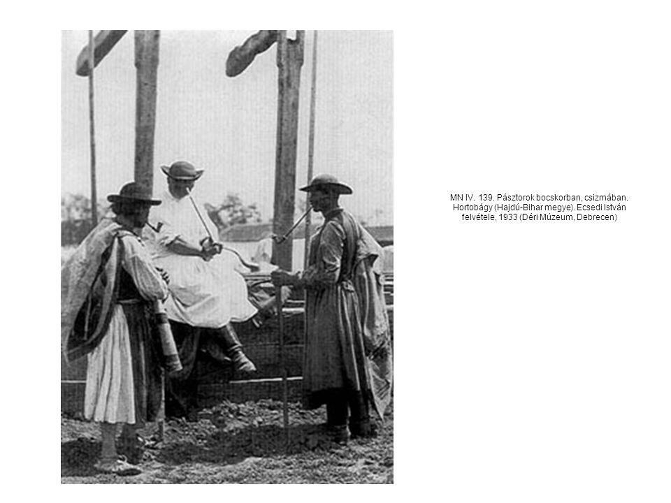 MN IV. 139. Pásztorok bocskorban, csizmában. Hortobágy (Hajdú-Bihar megye). Ecsedi István felvétele, 1933 (Déri Múzeum, Debrecen)