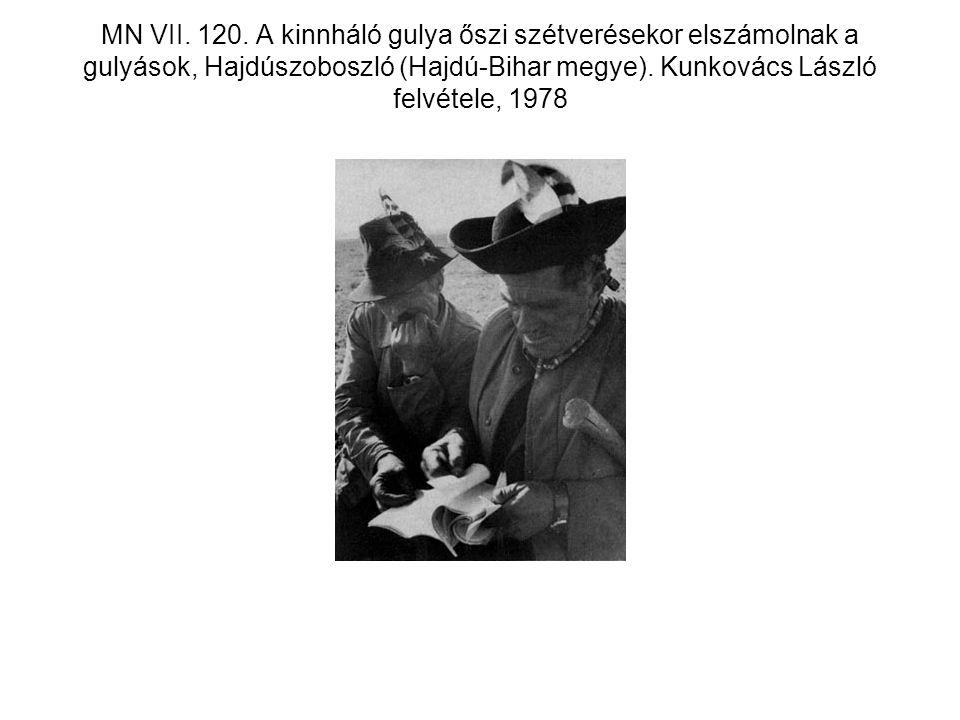 MN VII. 120. A kinnháló gulya őszi szétverésekor elszámolnak a gulyások, Hajdúszoboszló (Hajdú-Bihar megye). Kunkovács László felvétele, 1978