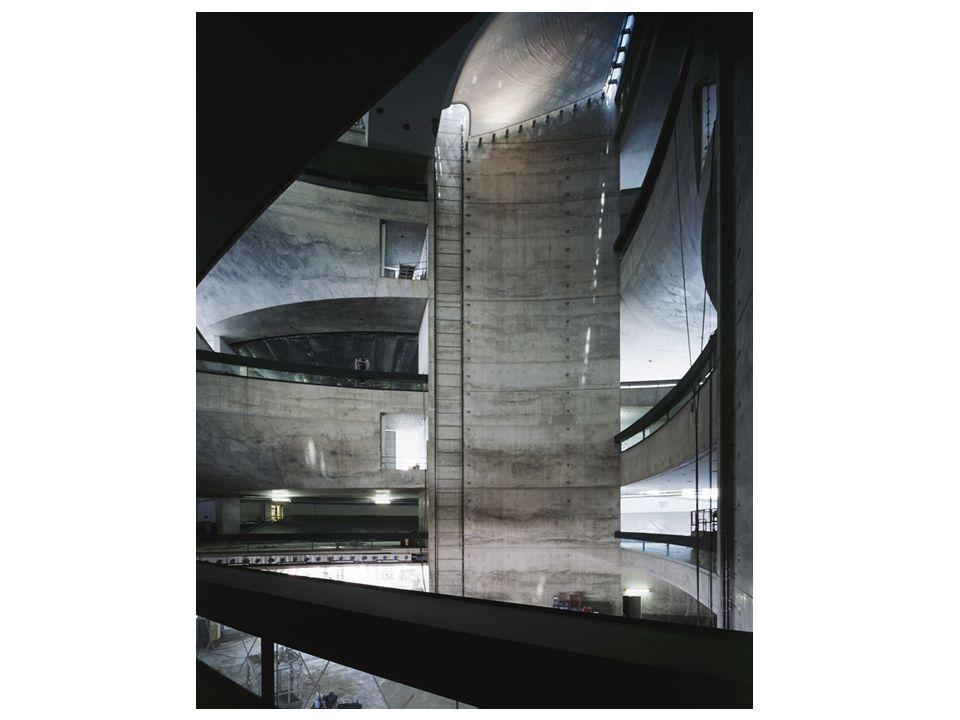 Egy időben a legmodernebb, elegáns Áramlás – nincsenek egyenes falak, nincs derékszög, nincsenek elzárt termek Magasság 33 méter – 9 szint Mind az 1800 háromszögű ablaktábla egyedi Kettős spirál Az útvonalak egybefonódnak Alumínium és üveg (akárcsak az autóknál) - súlytalan