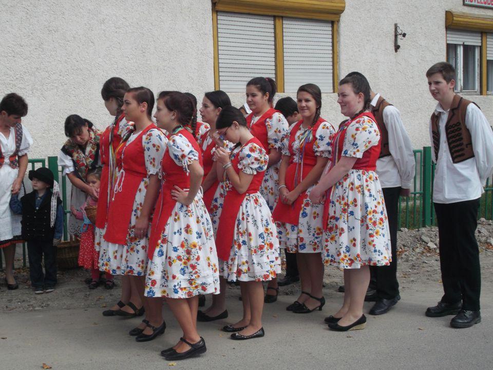 Azért jó ez a hagyomány mert összekovácsolja a faluközösséget.