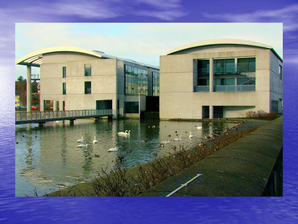 A modern, de jellegtelen városháza egy rendkívül koszos vizű kis tó partján található. Belül egy óriási makett is található, mely méretarányosan mutat