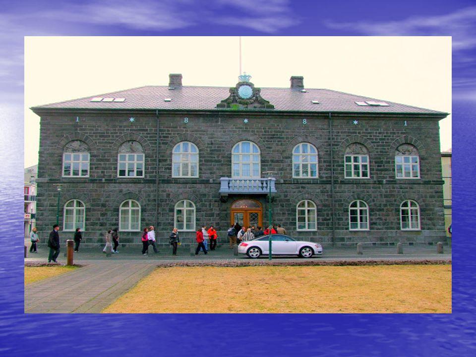 A parlament bazalt épületének szürkeségét, ellensúlyozza a mellette lévő Domkirkjan templom, Reykjavik lutheránus katedrálisa. A parlament bazalt épül