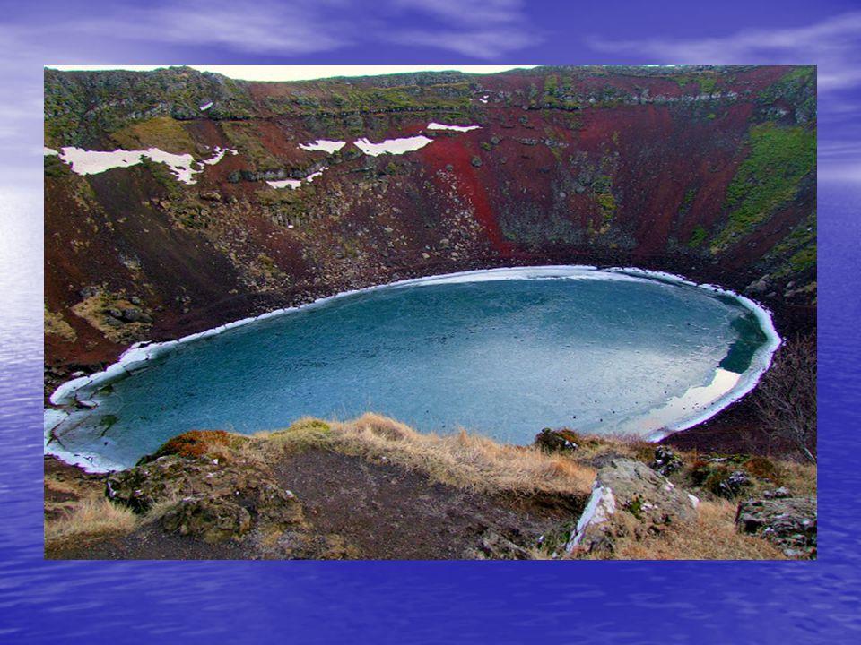 A Kerid kráter, egy kis tóval feltöltött szinte teljesen szabályos kör alakú kráter, gyönyörű természeti képződmény. A Kerid kráter, egy kis tóval fel
