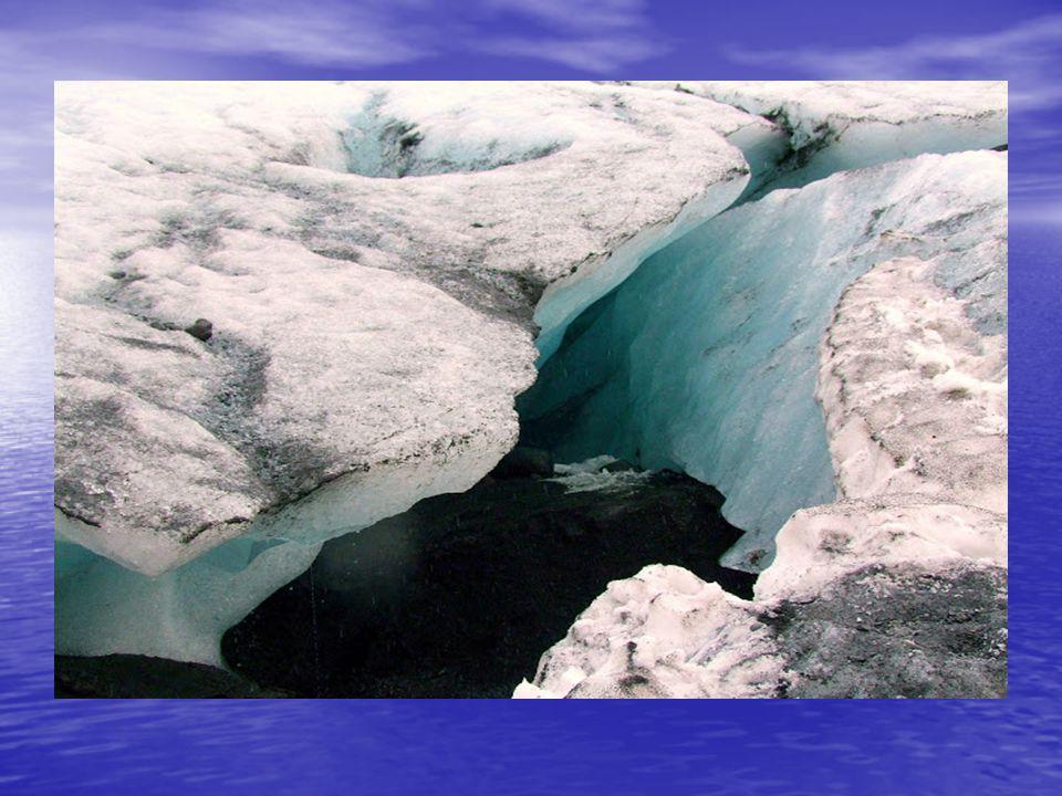 Vik városát elhagyva, a háttérben ott tornyosul a Myrdalsjökull gleccser jégtömege, alatta bújik meg a Katla nevű, működő vulkán, melynek régóta esedé