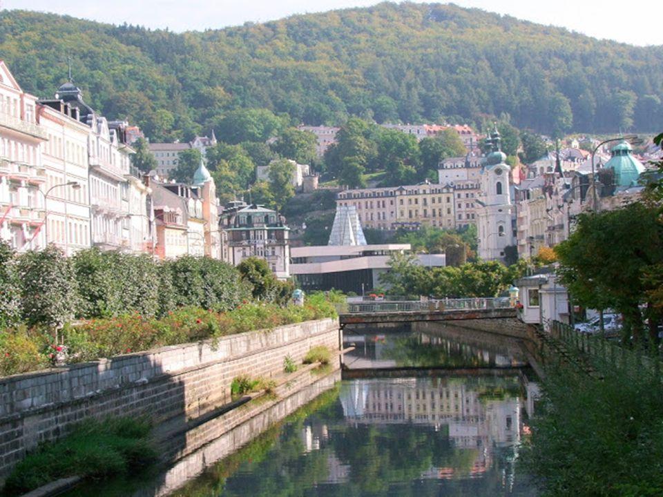 """Karlovy Vary – Karlsbad: A híres fürdőváros neve szó szerint """"Károly forrását"""" jelenti. A fáma szerint, az uralkodó vadászat közben járt erre, és leny"""