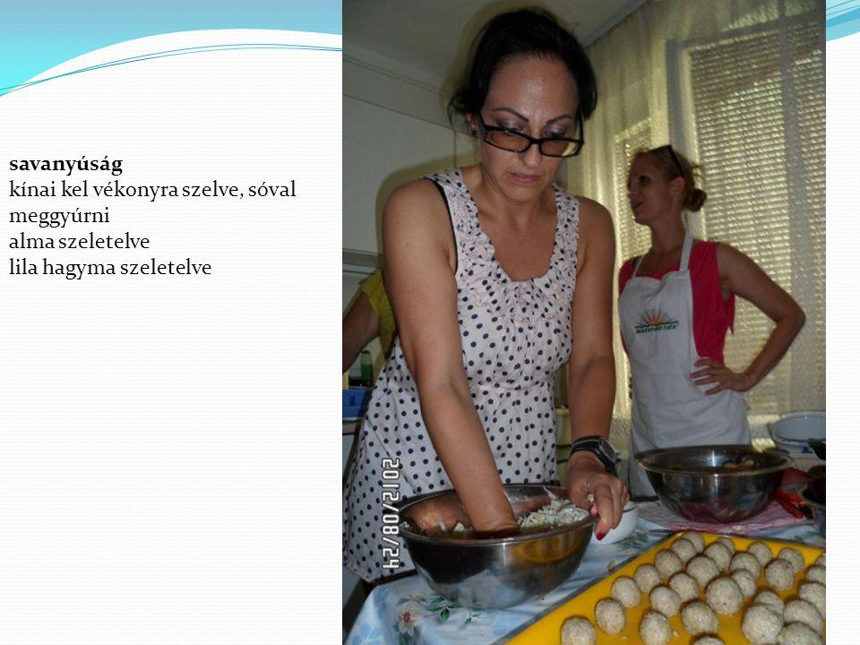 savanyúság kínai kel vékonyra szelve, sóval meggyúrni alma szeletelve lila hagyma szeletelve