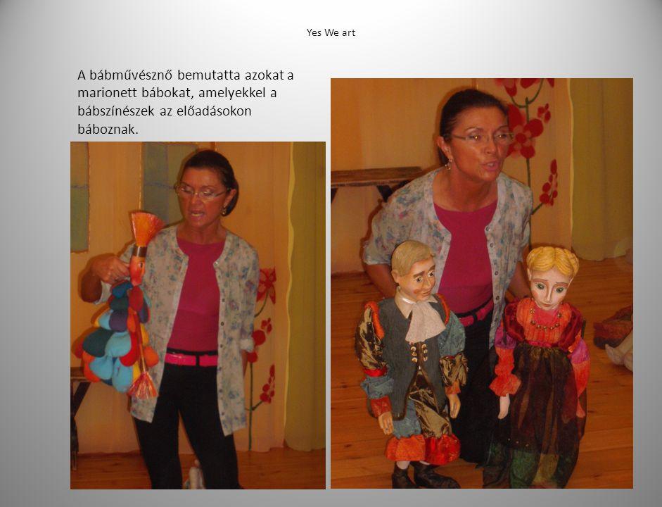 A bábművésznő bemutatta azokat a marionett bábokat, amelyekkel a bábszínészek az előadásokon báboznak.