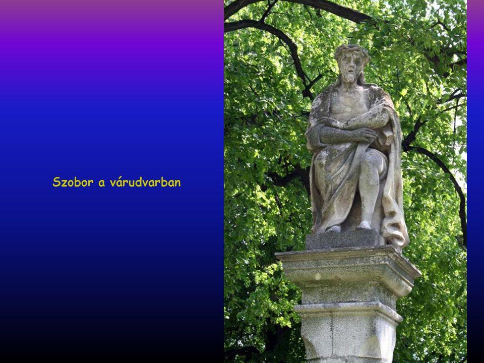 """Várudvar, az Árpádházi Szent Erzsébet szobor """"melléklete"""""""