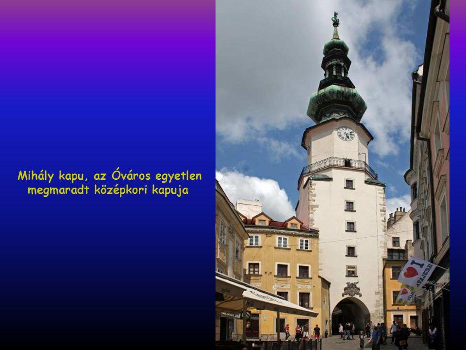 A magyar feliratot hiába keressük a vár tájékoztató tábláján