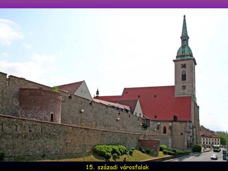 Az 1919–1938-ig terjedő első csehszlovák időszakban megkezdődik a város magyar jellegének fokozatos felszámolása: megváltoztatják a város nevét és az utcaneveket; csaknem teljesen megszüntetik a magyar és német nyelvű oktatást; eltüntetik vagy szétverik a magyar vonatkozású szobrokat; tömegesen épülnek lakások a városba megtelepedni akaró szlovákoknak, akiknek a lakhatás mellett új munkahelyekre is szükségük volt.