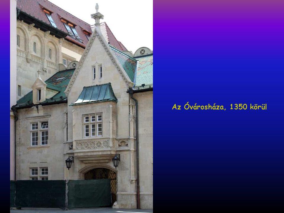 Mihály kapu, a domborműben a magyar címer
