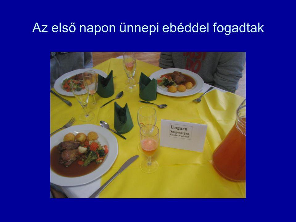 Az első napon ünnepi ebéddel fogadtak