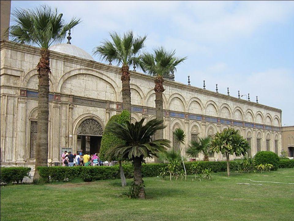 A mecset udvarába 3 bejárat nyílik.