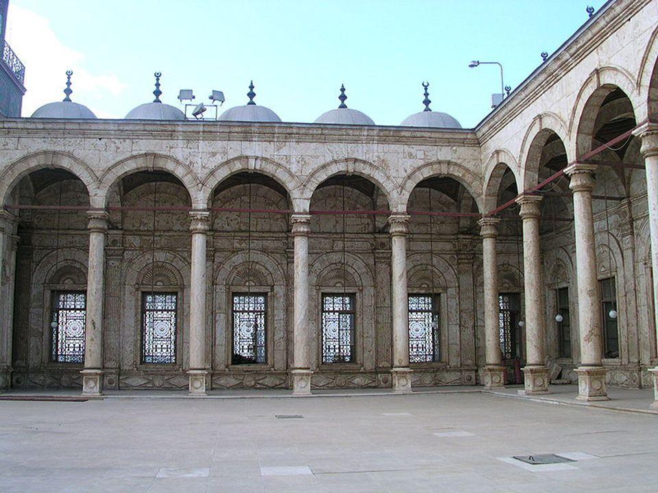 Az udvar 50 x 50 méteres, melyet íves pilléreken nyugvó kupolákkal fedett folyosó szegélyez.