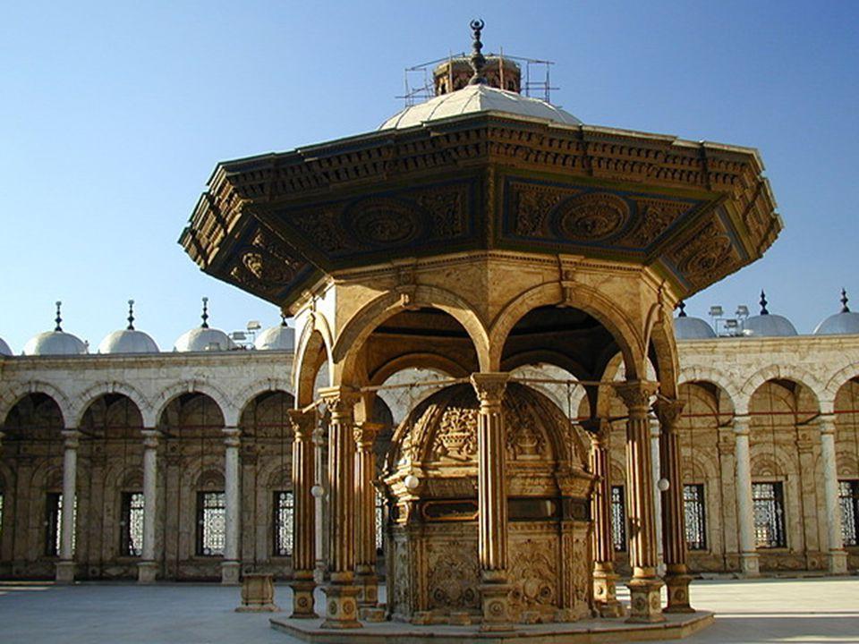 Az udvar közepén áll a hívők rituális mosdására szolgáló gyönyörű kút.
