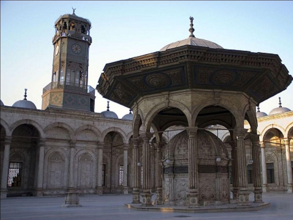 A mecset fő anyaga mészkő, de az alsó szint és az udvar is csempézett. Az alabástrom burkolat magassága legfeljebb 11,3 méter.