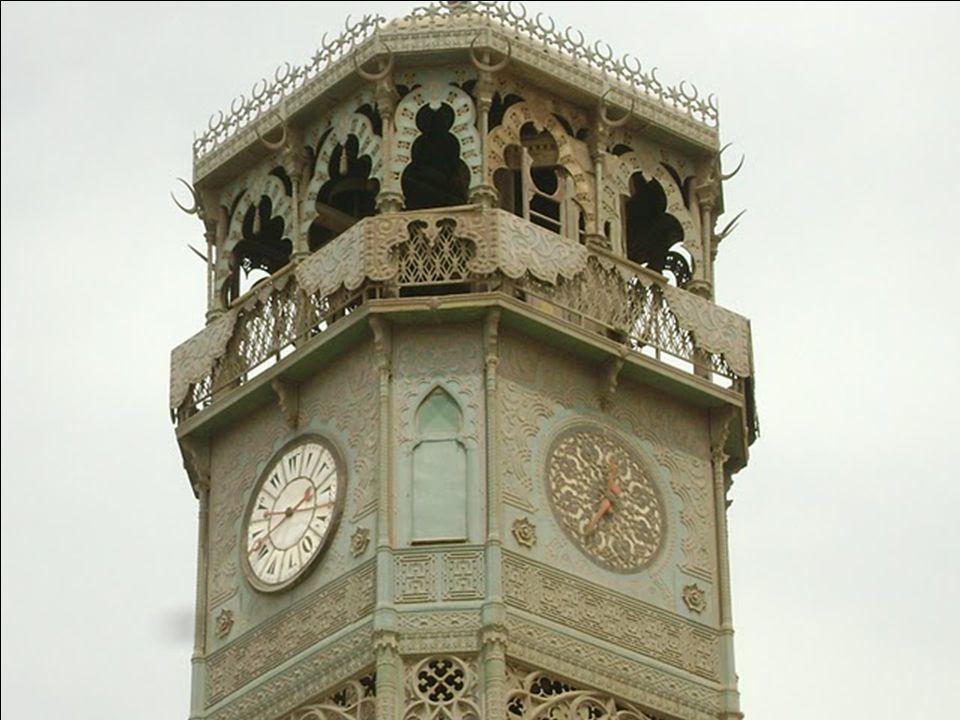 Az udvarban, a bejárathoz közel álló sárgaréz óratoronyban helyezték el azt az órát, amelyet Lajos Fülöp francia király küldött ajándékba, cserébe a p
