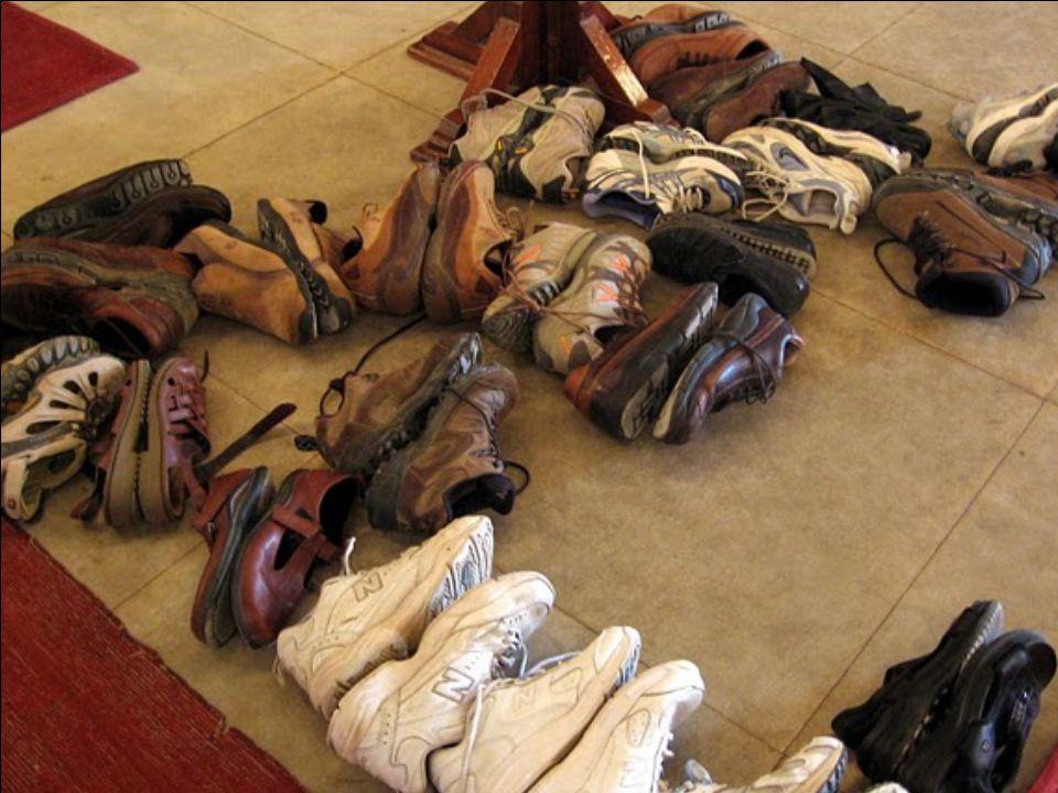 A mecsetbe csak cipő nélkül lehet bemenni. A cipőket a bejáratnál lehet hagyni, vigyázva, hogy egyik talpa se forduljon felfelé (az arab világban sért