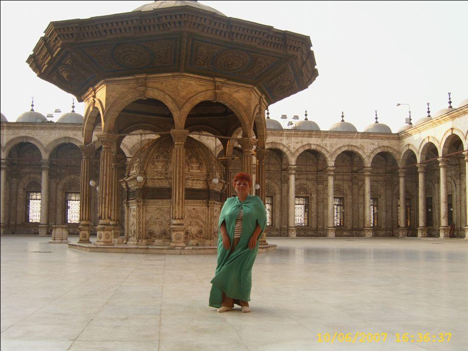 Minket még a mecset udvarába is csak mezítláb, beöltözve engednek be