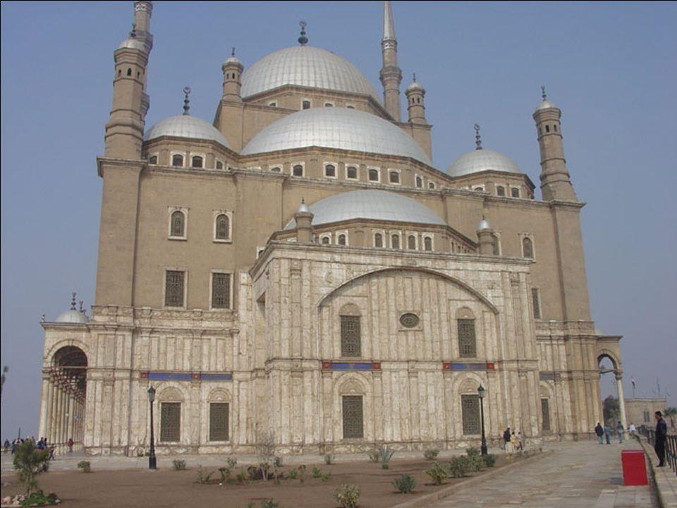 A mecset fő anyaga mészkő, de az alsó szint és az udvar is csempézett.