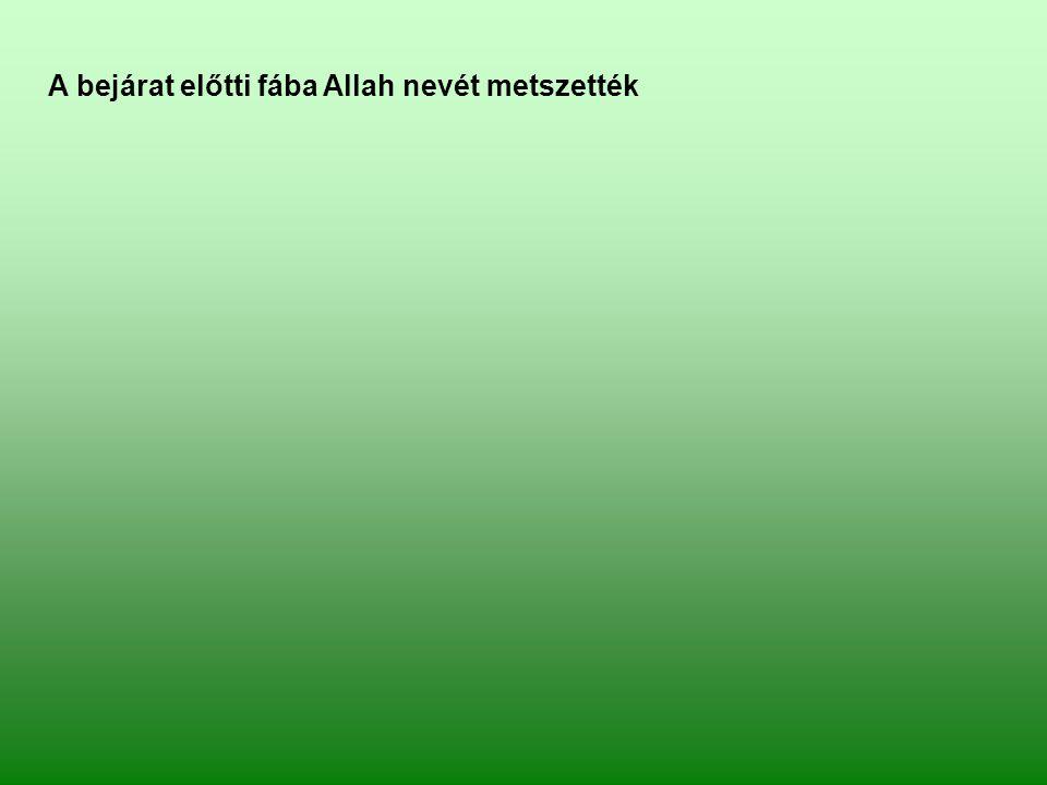 A bejárat előtti fába Allah nevét metszették