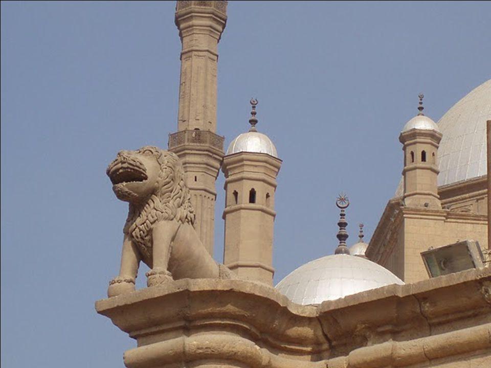 A török típusú elegáns, henger alakú 2 minaret két-két erkéllyel és kúpos tetővel 82 méter magas, és a mecset északnyugati oldalán található.